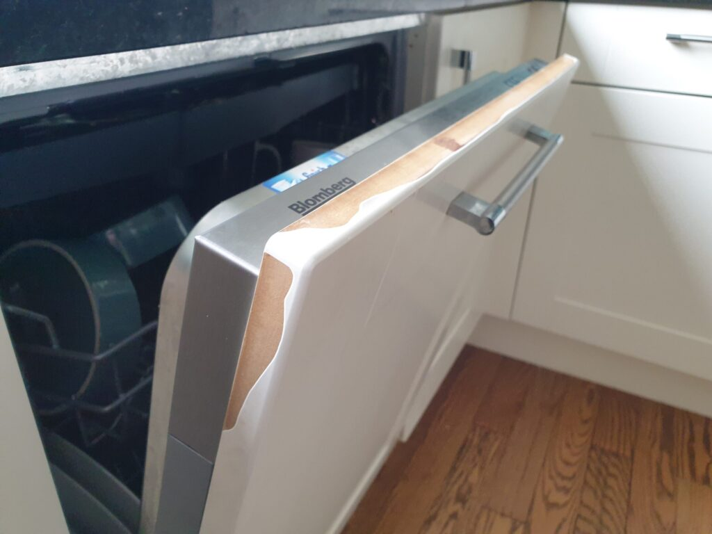 KITCHEN CUPBOARD EDGE VENEER DE LAMINATED CHIP SCRATCH CRACK REPAIR BEFORE