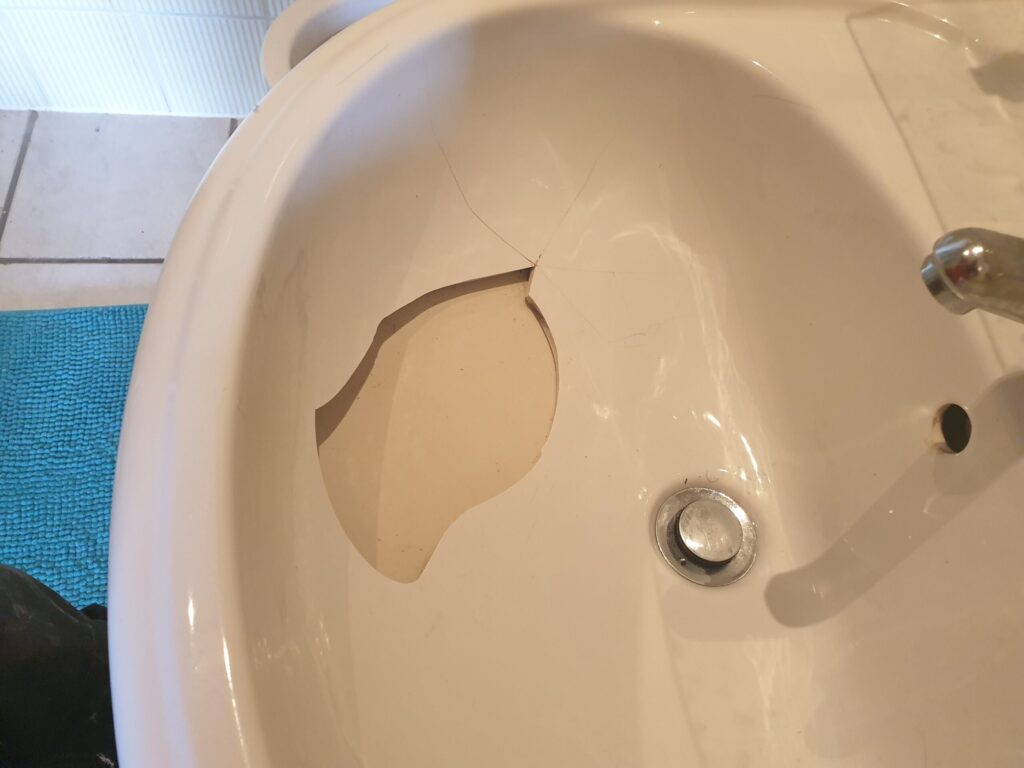 ENAMEL PORCELAIN BATHROOM SINK BATH SHOWER TRAY CRACK CHIP REPAIR REFURBISHMENT BEFORE